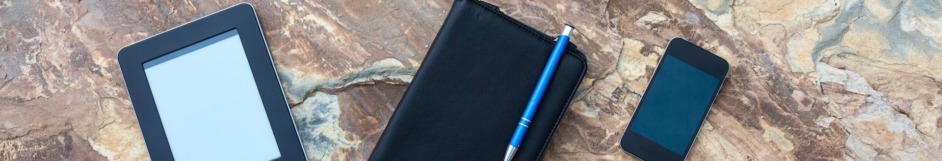 Laptop, tablet i komórka na kamiennym blacie
