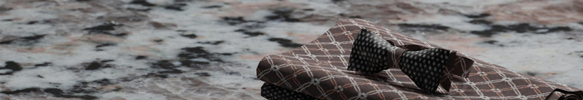 Złożone serwetki na marmurowym blacie