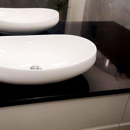 czarny blat w łazience