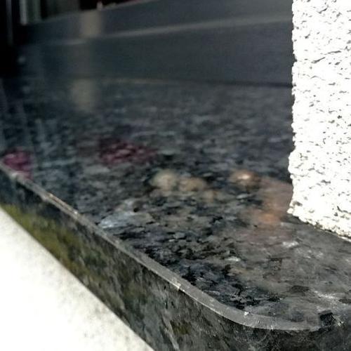 czarny kamienny parapet
