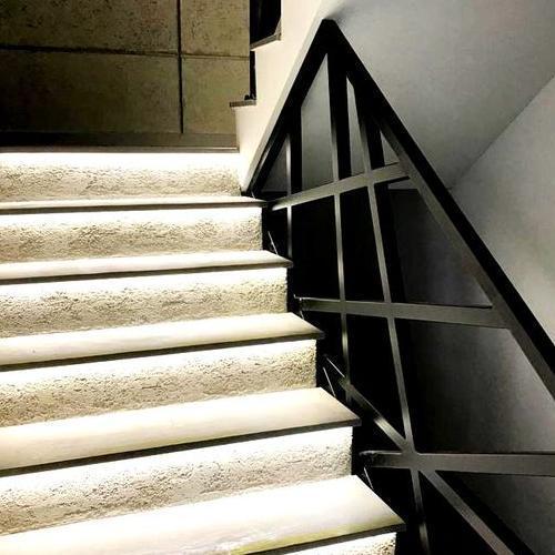 kamienne schody z podświetleniem